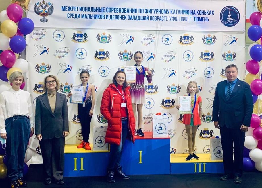 Награждение девочек (младшая группа). 1 место - Таисия Коробицина