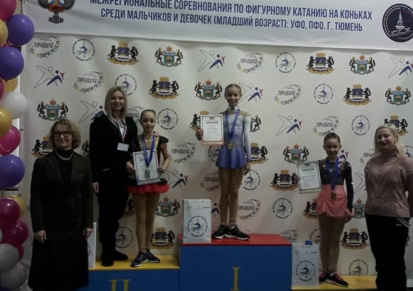 Награждение девочек (старшая группа). 2 место Инга Никитина и ее тренер Гафарова Л.В.
